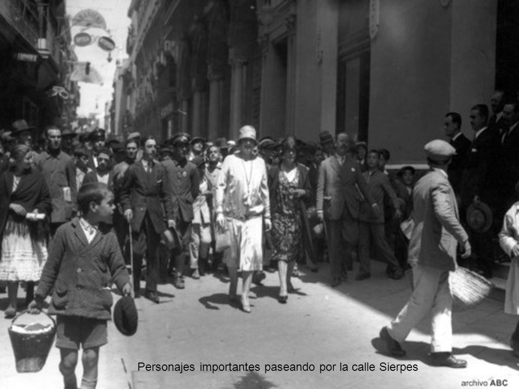 Tropas desfilando por la Avenida, lo que se ve aquí es el Banco de España en construcción