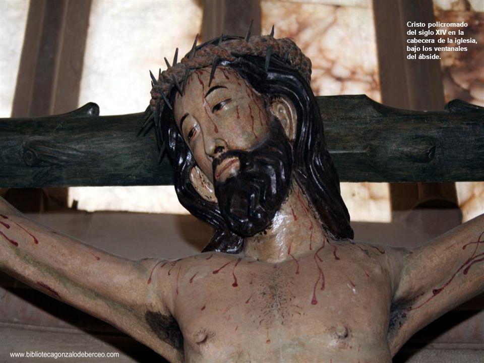Cristo policromado del siglo XIV en la cabecera de la iglesia, bajo los ventanales del ábside.