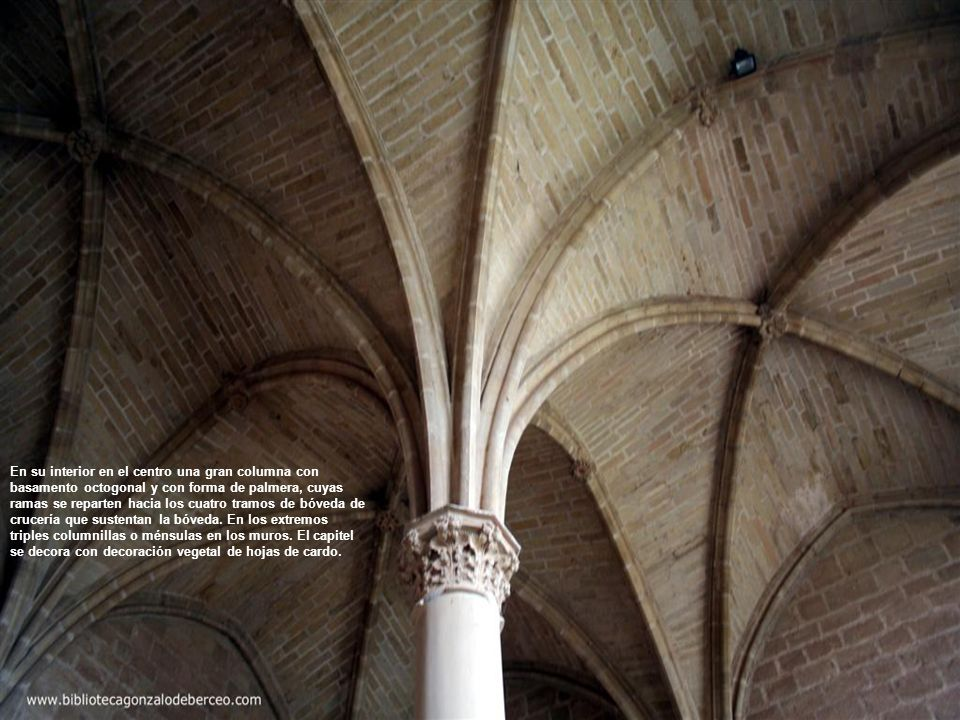 En su interior en el centro una gran columna con basamento octogonal y con forma de palmera, cuyas ramas se reparten hacia los cuatro tramos de bóveda de crucería que sustentan la bóveda.