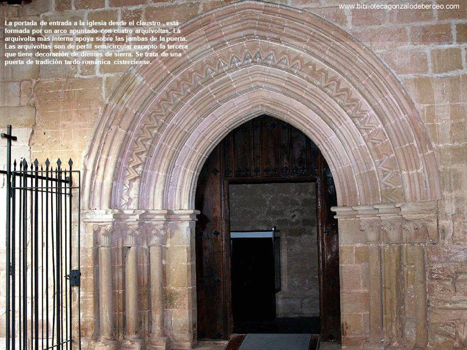 La portada de entrada a la iglesia desde el claustro, está formada por un arco apuntado con cuatro arquivoltas.