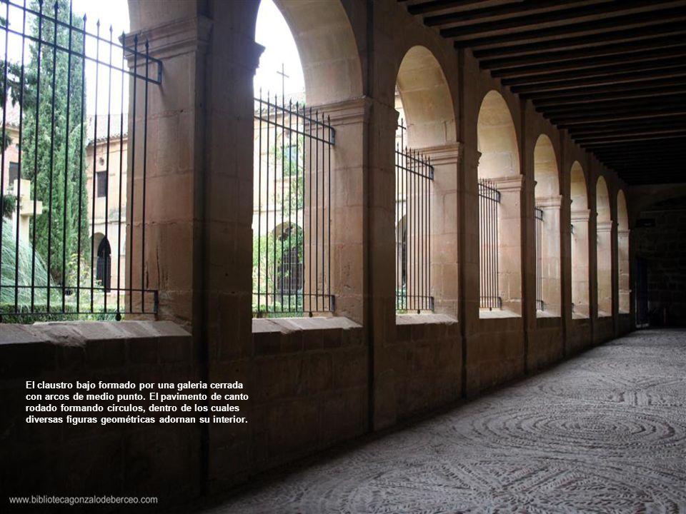 El claustro bajo formado por una galeria cerrada con arcos de medio punto.