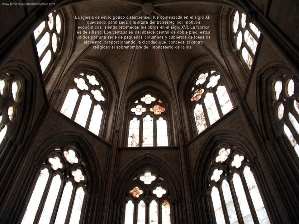 La iglesia de estilo gótico-cisterciense, fué comenzada en el siglo XIII quedando paralizada a la altura del transepto por motivos económicos, siendo retomadas las obras en el siglo XVI.
