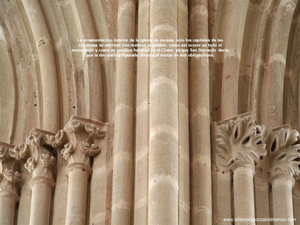 La ornamentación interior de la iglesia es escasa, sólo los capiteles de las columnas se adornan con motivos vegetales, como asi ocurre en todo el monasterio y como es práctica habitual en el Cister, ya que San Bernardo decía que la decoración figurada distraía al monje de sus obligaciones.