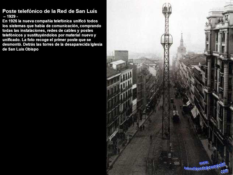 Panorámica de la Puerta del Sol – 1970 Al fondo el Hotel París entre la calle Alcalá y la carrera de San Jerónimo, al igual que está hoy, a la derecha