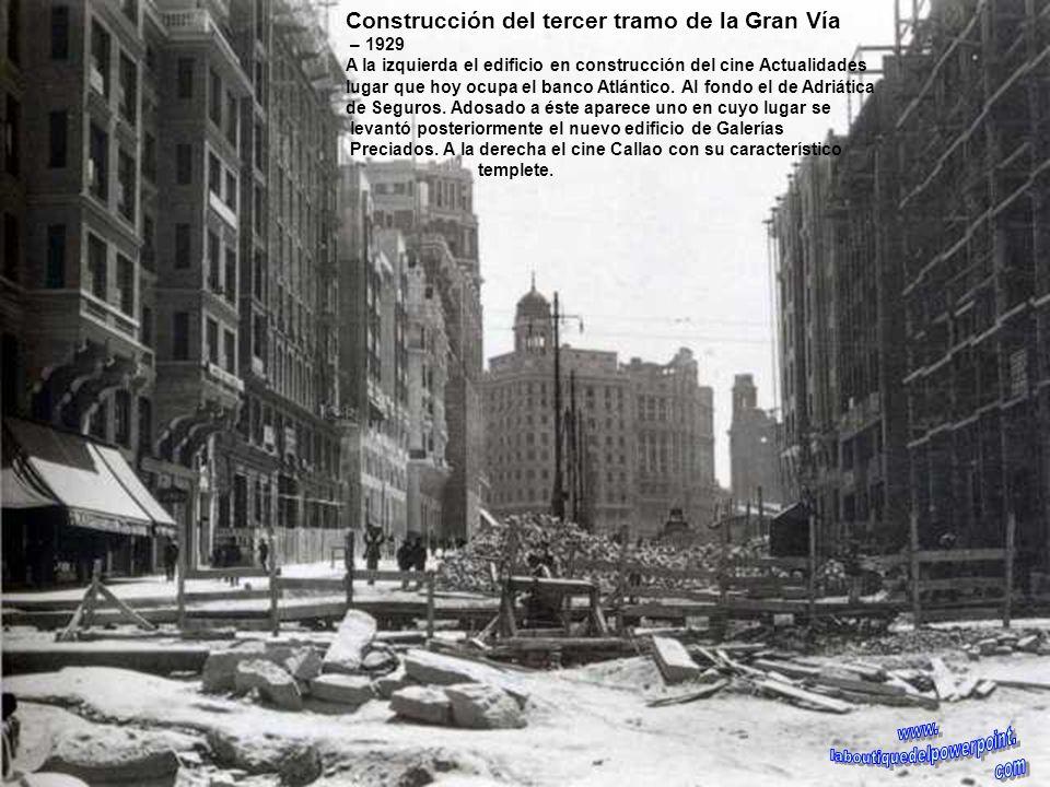 Derribo de casas para la apertura de la Gran Vía – 1912 En primer plano el edificio Metrópolis ya terminado, sede entonces de la compañía del gas y el