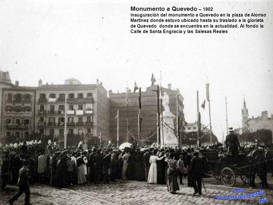 Puente de Toledo – 1920 Las márgenes del río Manzanares antes de su canalización y por donde discurre desde los años 70 la autovía M30. Al fondo el pu
