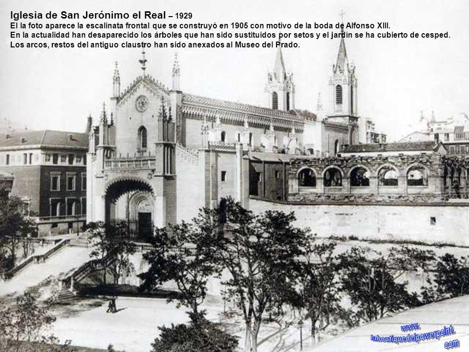 Iglesia de Santa Bárbara. Principios del siglo XX En la actualidad la escalera de doble vertiente que se aprecia en la foto ha desaparecido siendo tra