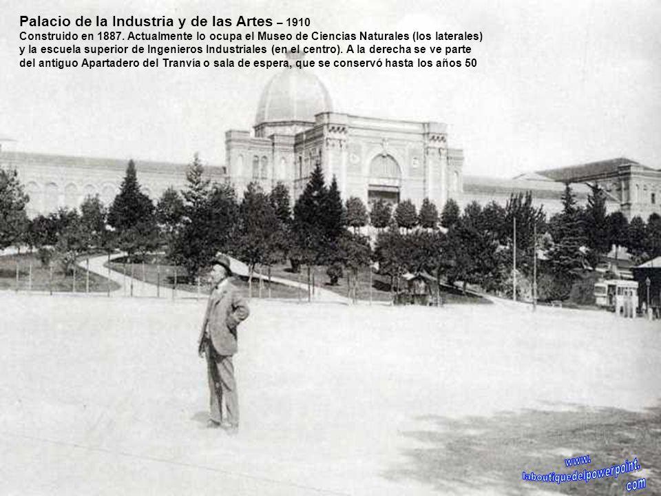 La Corrala – 1934 Este es el edificio de corredor más famoso de Madrid, construido en 1838. La calle de Mesón de Paredes baja en una pronunciada pendi