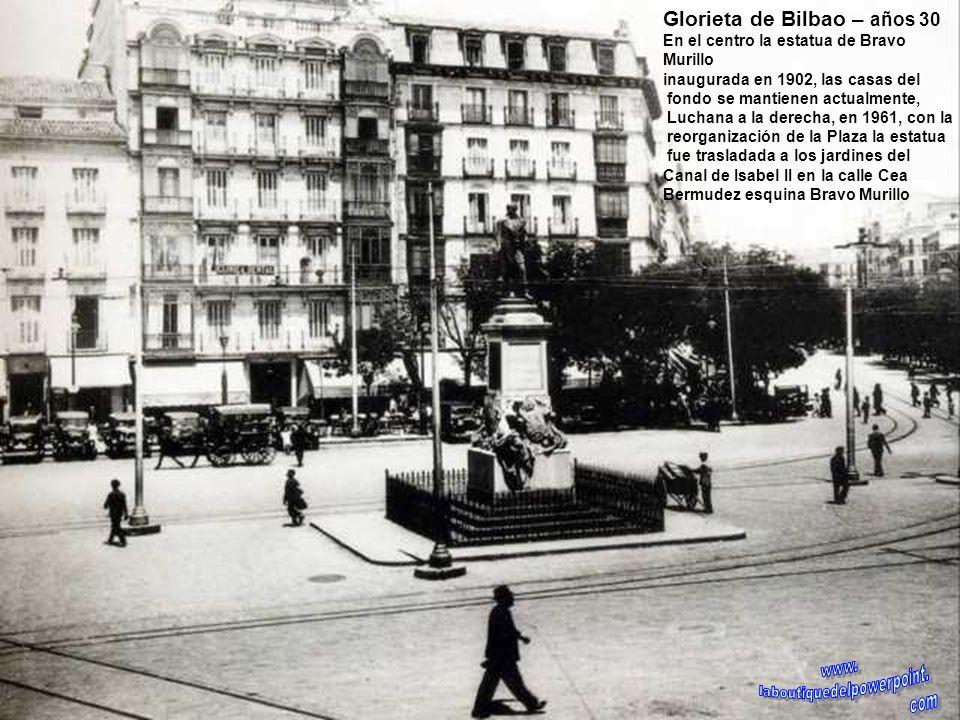 Calle de Toledo – 1890 La foto recoge un instante de la vida cotidiana en la calle de Toledo en el tramo que va de la Calle Mayor hasta la plaza de Pu