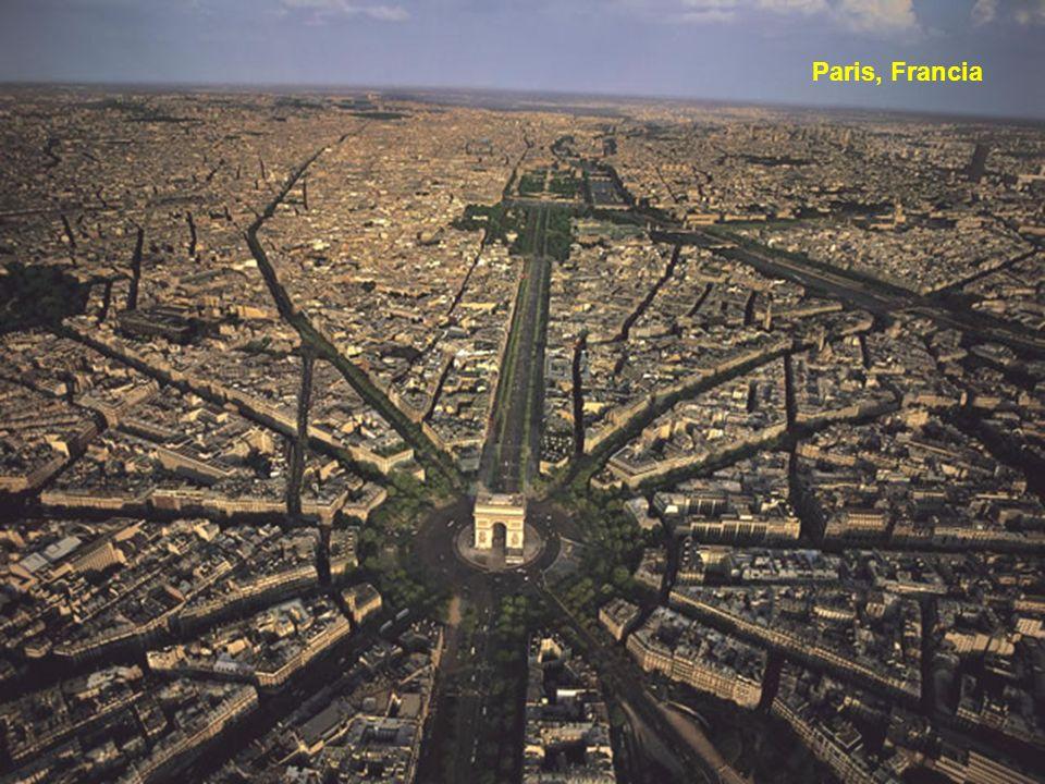 Yann Arthus- Bertrand (nacido el 13 de marzo 1946 en París) es un fotógrafo francés, periodista, reportero y ambientalista.