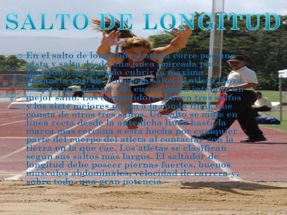 En el salto de longitud, el atleta corre por una pista y salta desde una línea marcada por plastilina intentando cubrir la máxima distancia posible.