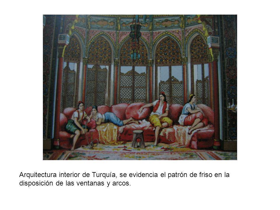 Arquitectura interior de Turquía, se evidencia el patrón de friso en la disposición de las ventanas y arcos.