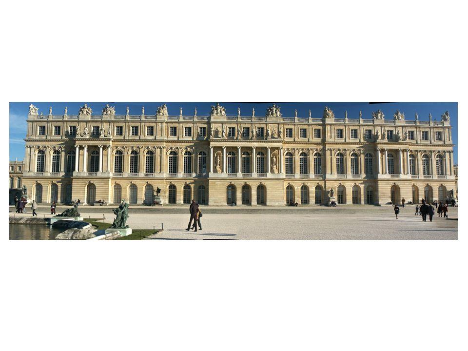Fachada principal del Palacio de Versalles. El conjunto principal es bastante clasicista, sobrio y majestuoso: Base alta con sillares almohadillados q
