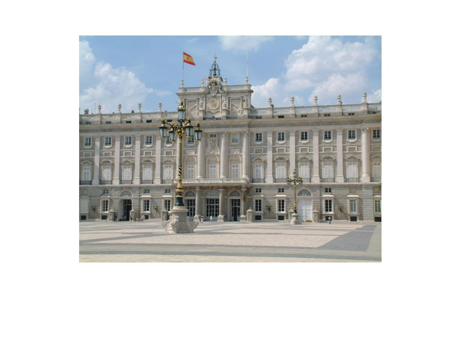 La fachada principal de Palacio fue construida sobre un basamento almohadillado, sobre el que se eleva el cuerpo principal de la construcción, estruct