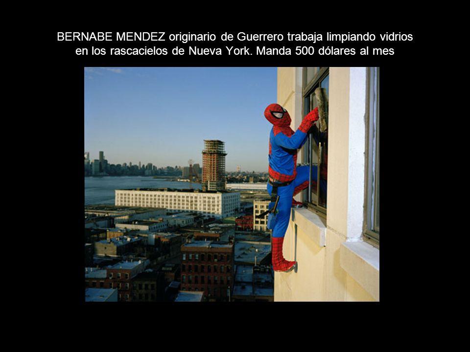 BERNABE MENDEZ originario de Guerrero trabaja limpiando vidrios en los rascacielos de Nueva York.