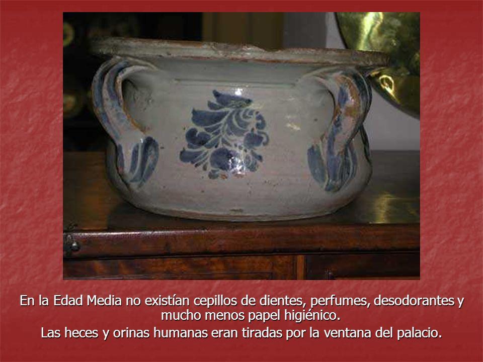 En la Edad Media no existían cepillos de dientes, perfumes, desodorantes y mucho menos papel higiénico. Las heces y orinas humanas eran tiradas por la