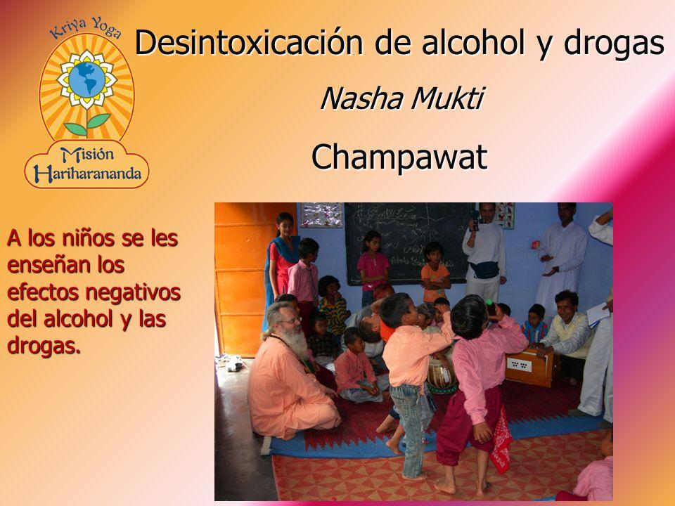 A los niños se les enseñan los efectos negativos del alcohol y las drogas. Desintoxicación de alcohol y drogas Nasha Mukti Champawat