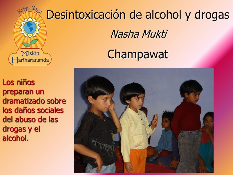 Los niños preparan un dramatizado sobre los daños sociales del abuso de las drogas y el alcohol. Desintoxicación de alcohol y drogas Nasha Mukti Champ