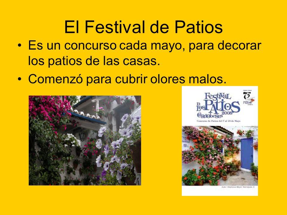 El Festival de Patios Es un concurso cada mayo, para decorar los patios de las casas. Comenzó para cubrir olores malos.