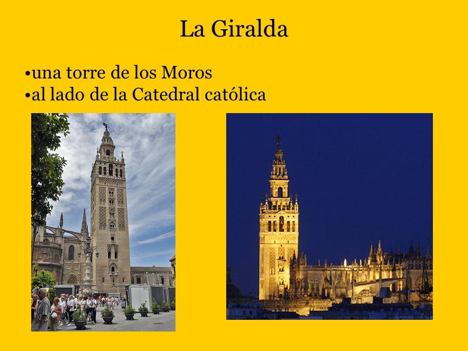 La Giralda una torre de los Moros al lado de la Catedral católica