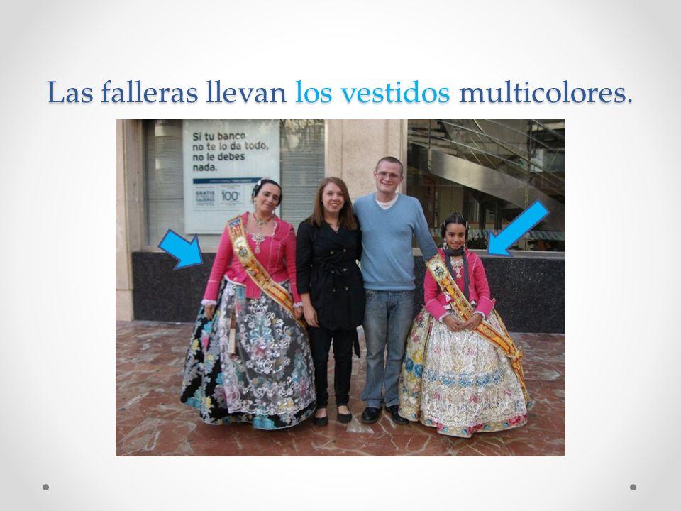 Las falleras llevan los vestidos multicolores.