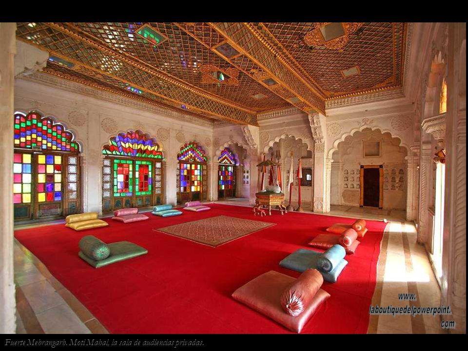Fuerte Mehrangarh. Muchos de los fuertes rajputs tienen en su entrada piedras sati donde se recuerda a las reinas del fuerte que realizaron este rito.