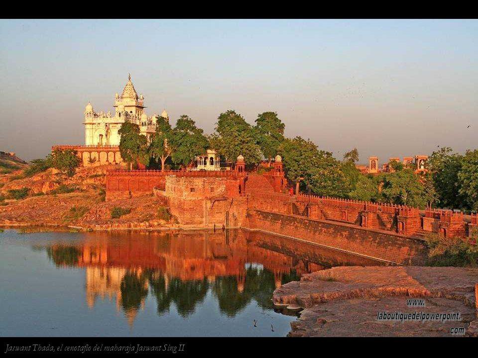Templo de Chamunda en Jodhpur. La impresión de la mano en la pared y el dibujo de esvásticas son actos propiciatorios.