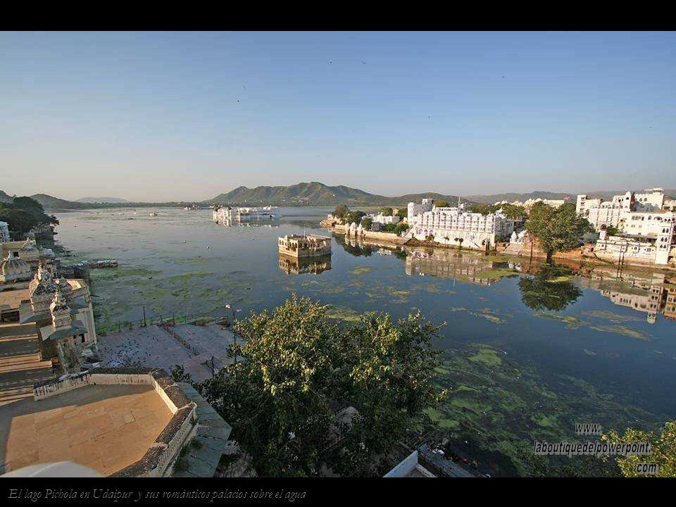 El Taj Lake Palace de Udaipur, fue la residencia real de verano, en la actualidad es uno de los hoteles mas lujosos del mundo.