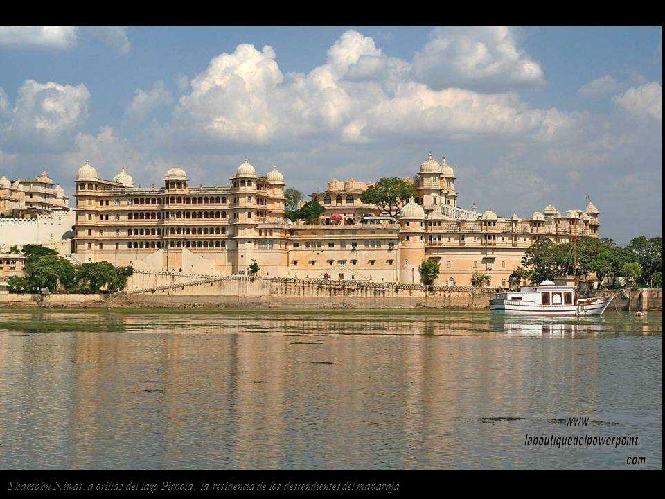 El lago Pichola en Udaipur y sus románticos palacios sobre el agua