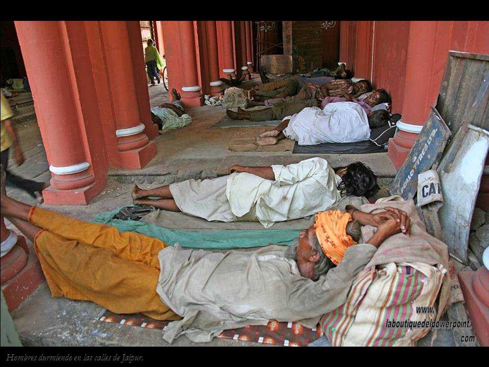 Jaipur. Sadu Jainista Los jainistas practican una forma de no violencia extrema. Los mas radicales cubren su boca para impedir que cual- quier insecto