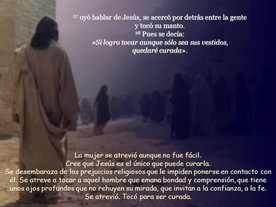 27 oyó hablar de Jesús, se acercó por detrás entre la gente y tocó su manto.