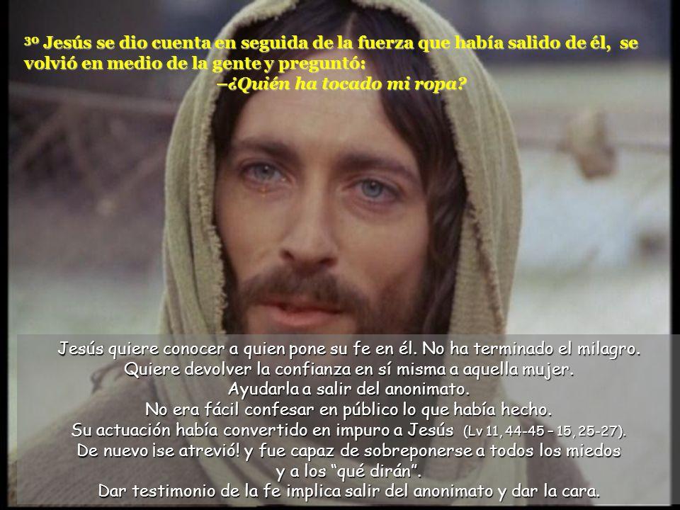 30 Jesús se dio cuenta en seguida de la fuerza que había salido de él, se volvió en medio de la gente y preguntó: –¿Quién ha tocado mi ropa.