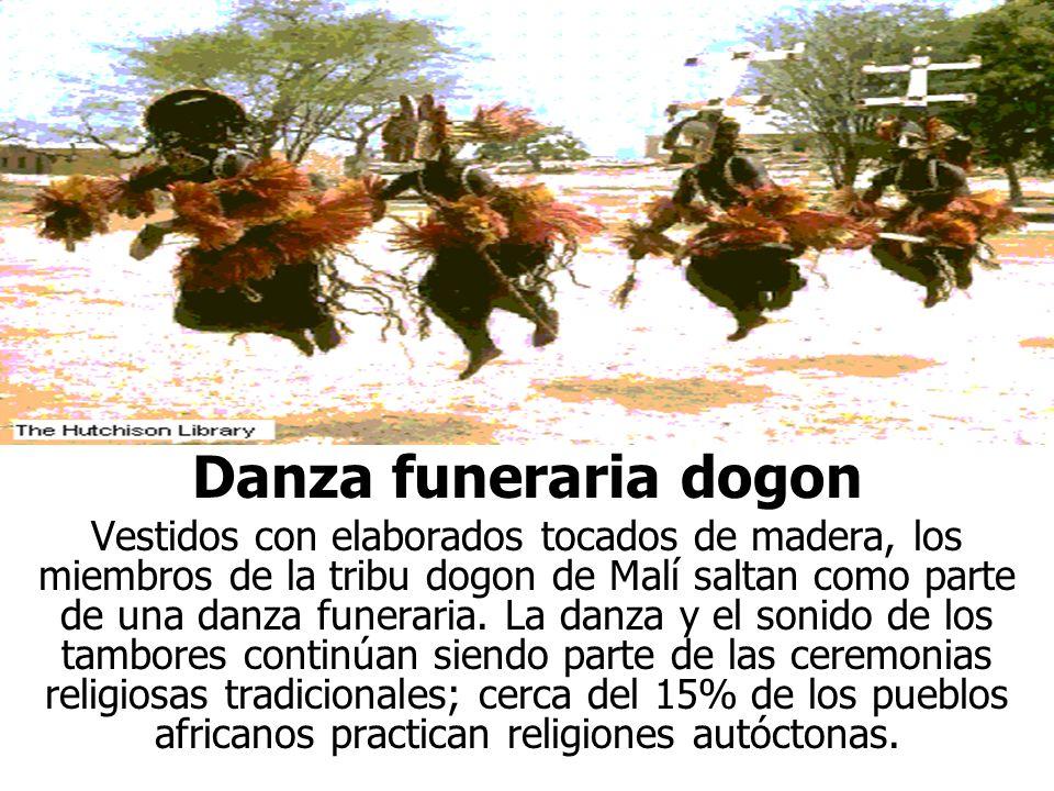 Danza funeraria dogon Vestidos con elaborados tocados de madera, los miembros de la tribu dogon de Malí saltan como parte de una danza funeraria.
