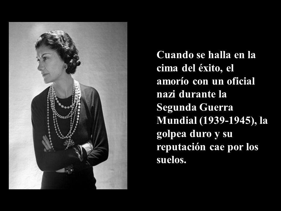 Gabrielle Coco Chanel sustituyó la moda recargada que se usaba en la época por diseños sencillos, muy cómodos pero con toques de alta distinción.