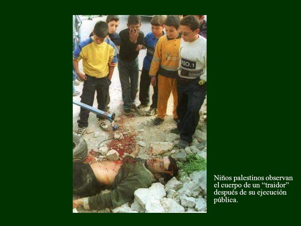 Niños palestinos observan el cuerpo de un traidor después de su ejecución pública.