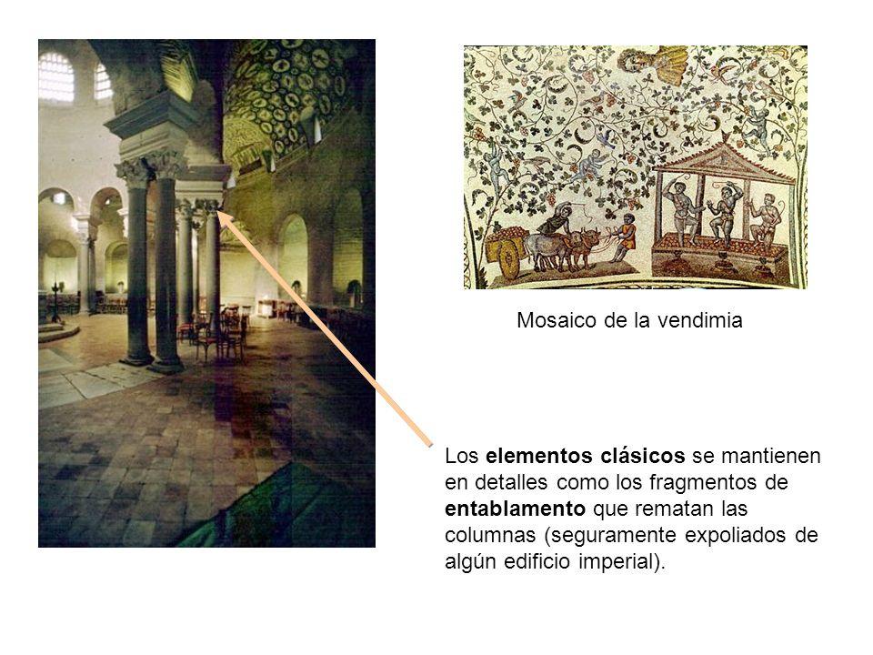 Los elementos clásicos se mantienen en detalles como los fragmentos de entablamento que rematan las columnas (seguramente expoliados de algún edificio