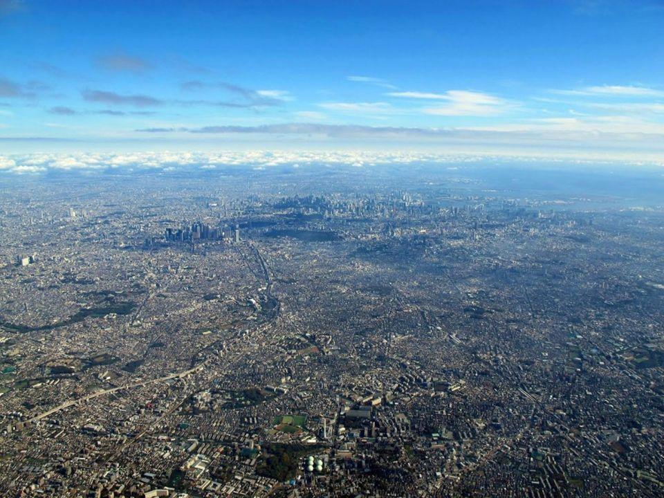 Dia 16 Bordeando la costa del Mar de China la corriente me pone rumbo al Norte, buscando la sempiterna referencia del Monte Fuji, para descender en la ciudad que mejor ha sabido llevar el mestizaje de tradición y modernidad de toda Asia.