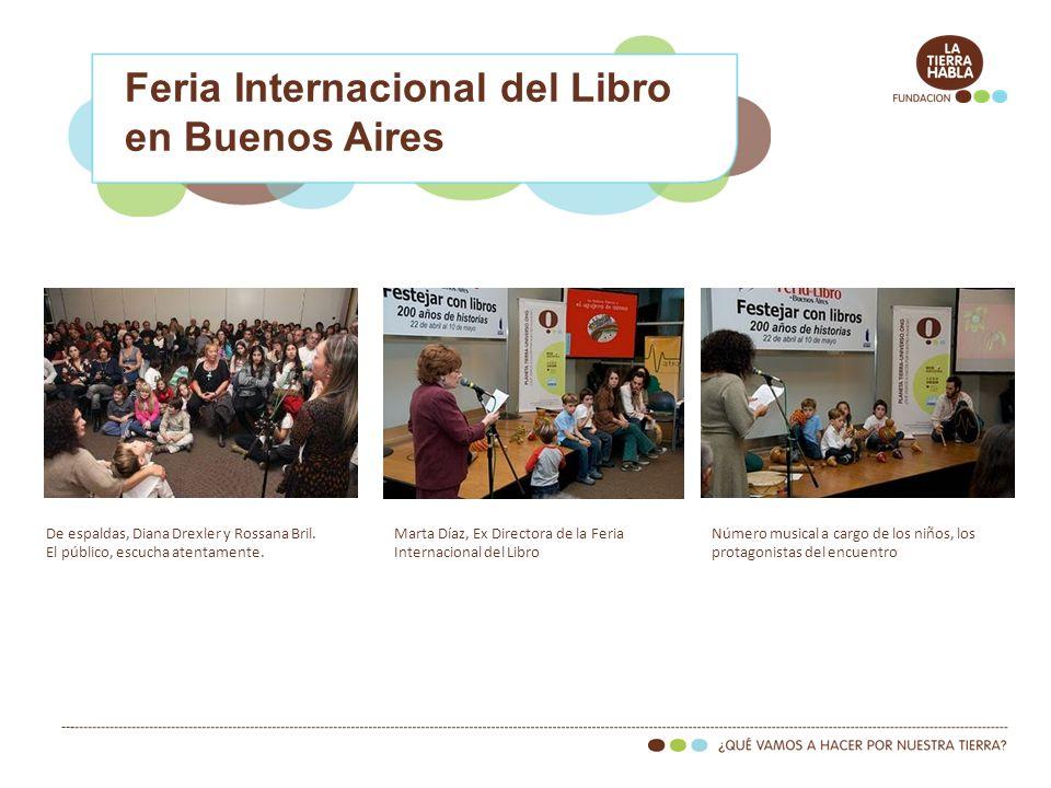 Feria Internacional del Libro en Buenos Aires De espaldas, Diana Drexler y Rossana Bril. El público, escucha atentamente. Número musical a cargo de lo
