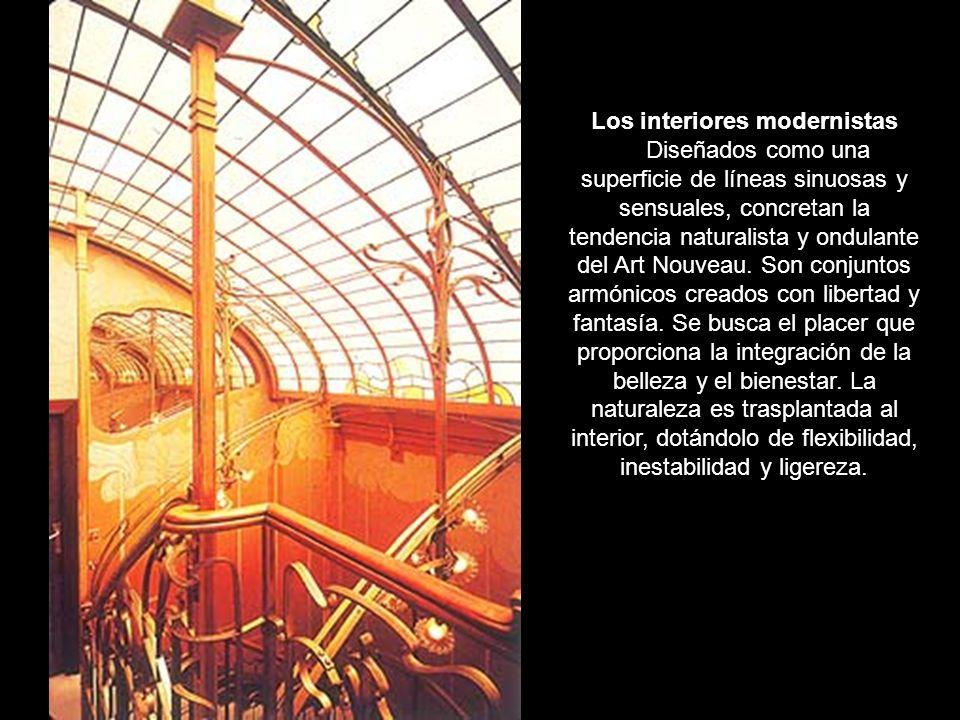 Se utilizan diversos materiales: hierro, mosaico, madera…Las líneas sinuosas se prolongan por las paredes y los suelos, en una especie de metáfora vegetal.