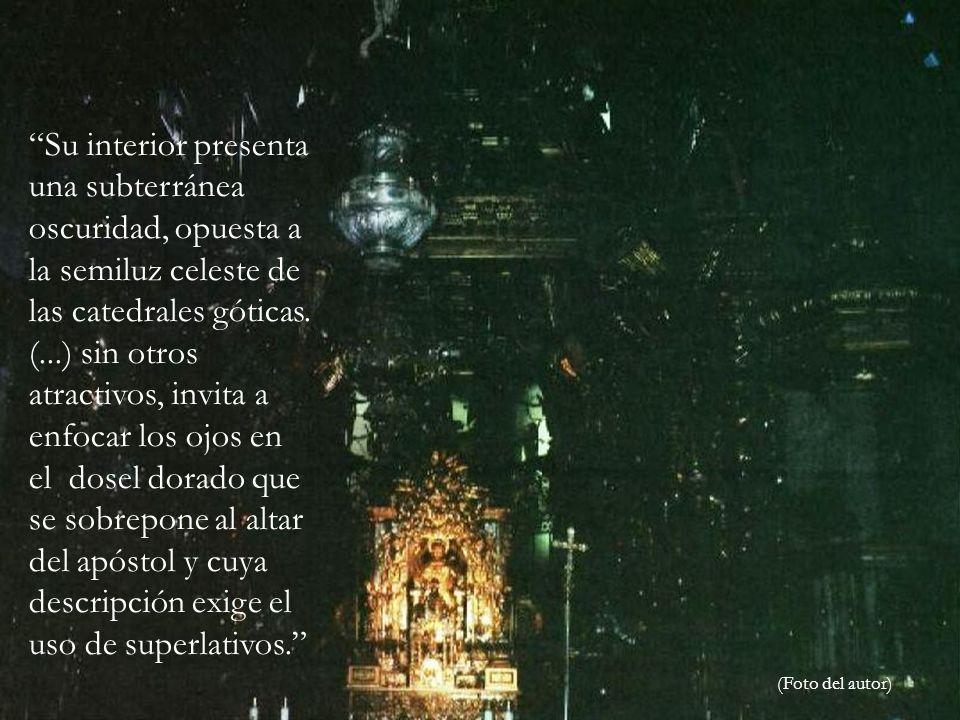 Su interior presenta una subterránea oscuridad, opuesta a la semiluz celeste de las catedrales góticas.