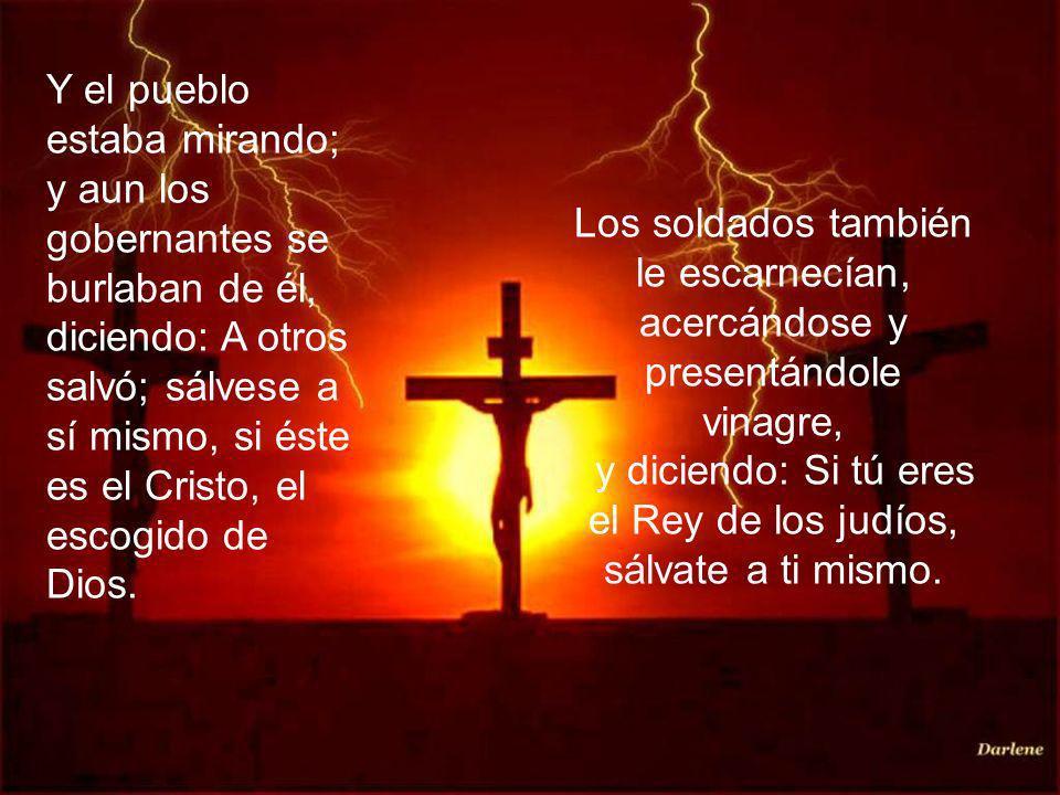 Y el pueblo estaba mirando; y aun los gobernantes se burlaban de él, diciendo: A otros salvó; sálvese a sí mismo, si éste es el Cristo, el escogido de Dios.