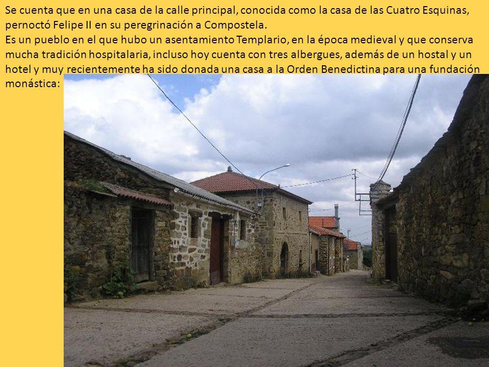 Se cuenta que en una casa de la calle principal, conocida como la casa de las Cuatro Esquinas, pernoctó Felipe II en su peregrinación a Compostela. Es