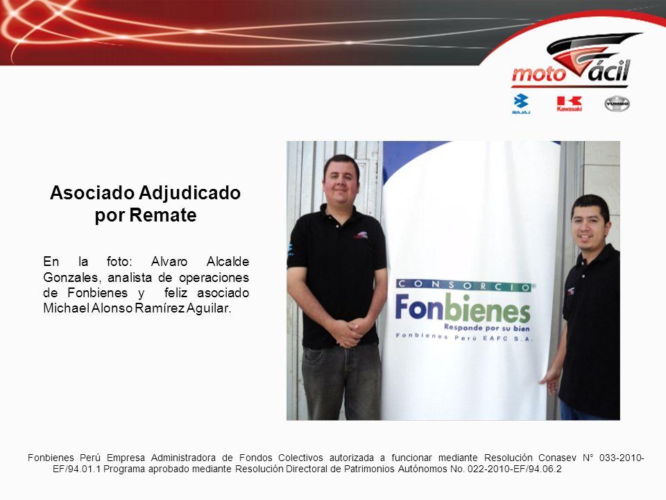 Asociado Adjudicado por Remate En la foto: Alvaro Alcalde Gonzales, analista de operaciones de Fonbienes y feliz asociado Michael Alonso Ramírez Aguil