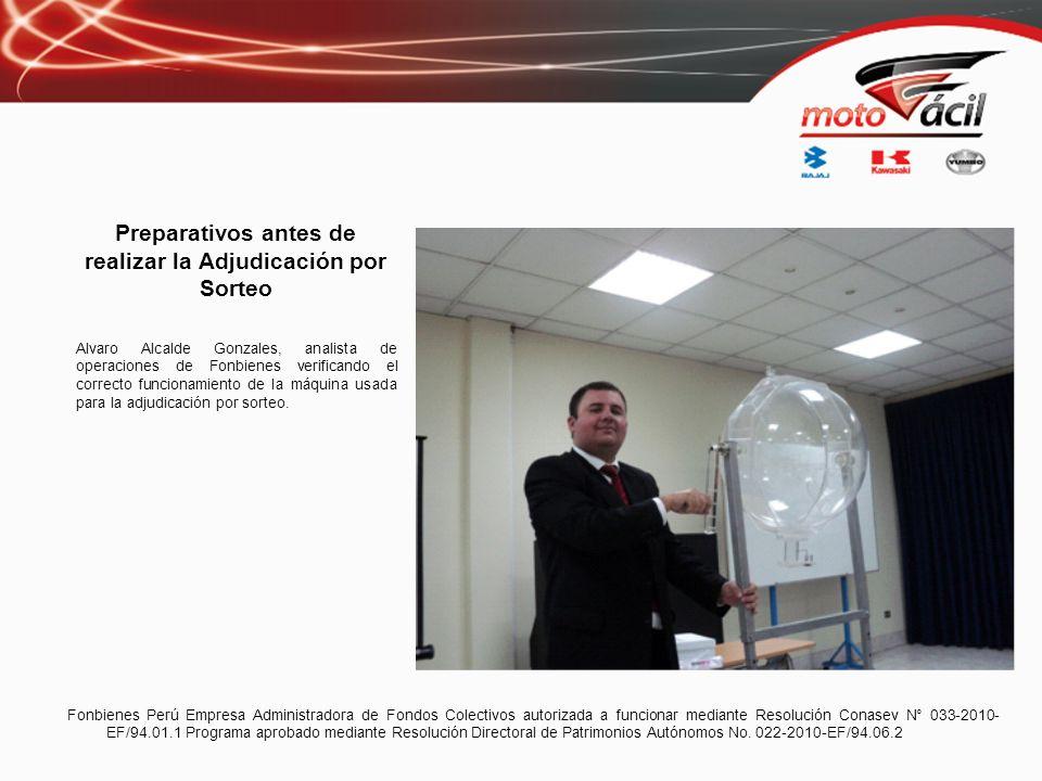 Preparativos antes de realizar la Adjudicación por Sorteo Alvaro Alcalde Gonzales, analista de operaciones de Fonbienes verificando el correcto funcio