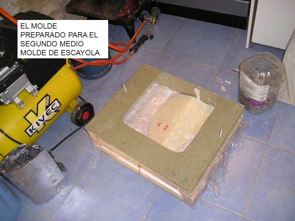EL MOLDE PREPARADO PARA EL SEGUNDO MEDIO MOLDE DE ESCAYOLA