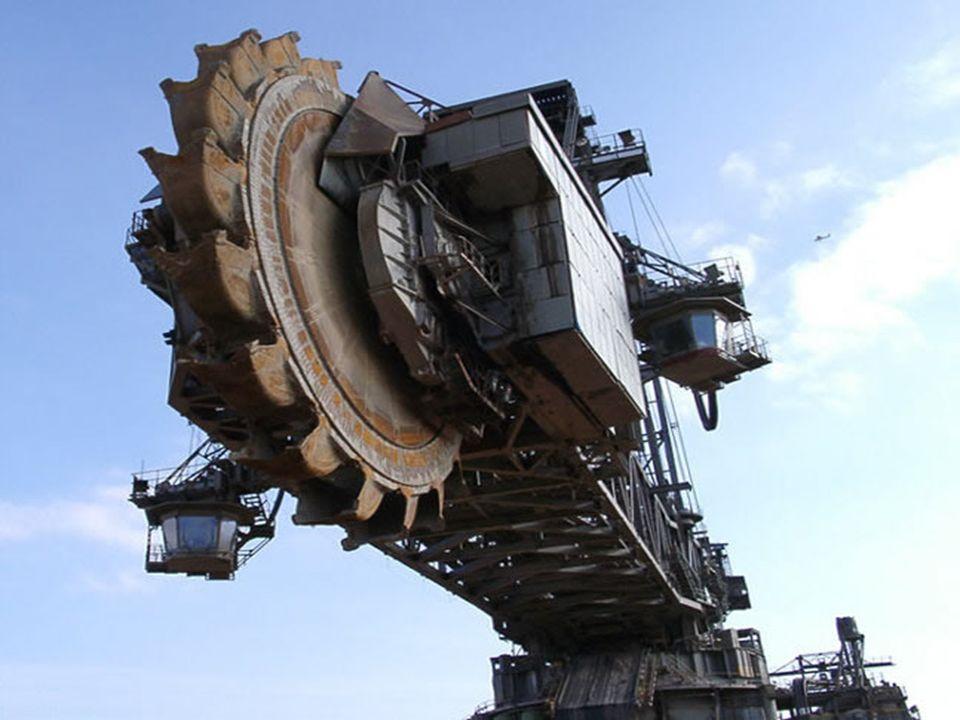 ESPECIFICACIONES :: ~ 95m dealtura por 215m de largo ~ 45,500 toneladas ~ 100 millones $ ~ 5 años de estudios ~ 5 años de montaje ~ 5 operarios para que funcione ~ La rueda-excavadora tiene un diamètro de 21m con 20 palas con capacidad cada una de 15 m3 ~ Unhombre de1m82 puede estar de pie en una pala ~ 12 orugas para mover todo (cada una hace 3.6m de ancho, 2.4m de alto et 14m de largo) ~ Hay 8 orugas delante et 4 detrás.