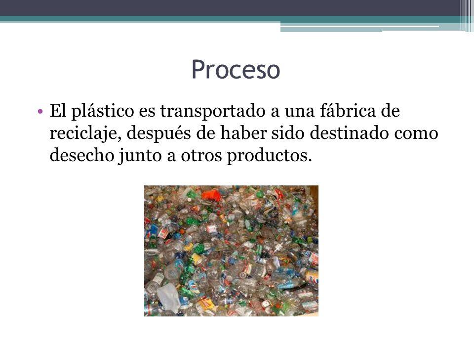 Una vez en la fábrica, se es necesario separar los plásticos compactados en fardos junto a otros posibles materiales que se encuentren junto a estos.