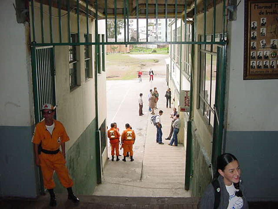 Disminuir la vulnerabilidad Proteger los bienes si es posible Cerrar las puertas sin seguro Recordar las rutas de evacuación y el lugar de encuentro TERCERA FASE: PREPARACIÓN PARA LA EVACUACIÓN