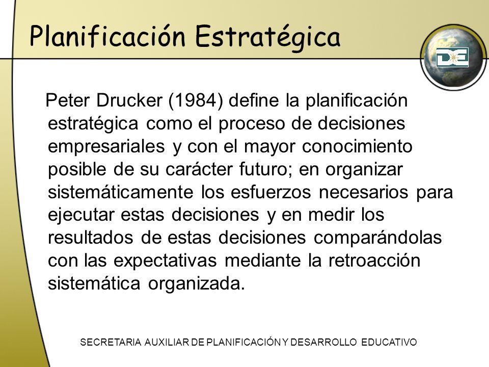 Planificación Estratégica Peter Drucker (1984) define la planificación estratégica como el proceso de decisiones empresariales y con el mayor conocimi