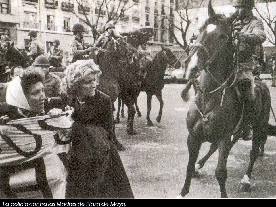 La policía contra las Madres de Plaza de Mayo.
